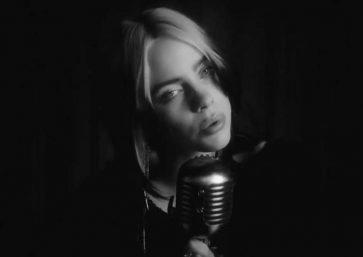 """Billie Eilish no clipe de """"No Time To Die"""" (Reprodução)"""