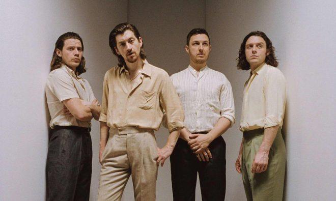 Arctic Monkeys anuncia lançamento de álbum ao vivo para ajudar instituição de caridade