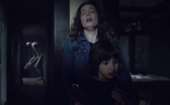 """Gillian Jacobs e Azhy Robertson em trailer de """"Come Play"""" (Reprodução)"""