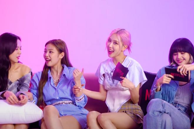 Jisoo, Jennie, Rosé e Lisa sentadas em um sofá (Reprodução)