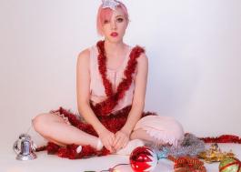 """Carly Rae Jepsen anuncia lançamento de """"Its Not Christmas Till Somebody Cries"""" para sexta-feira (30)"""