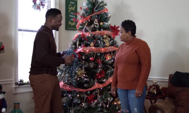 "Darius McCrary e Kellie Shanygne Williams no trailer de ""Christmas in Carolina"" (Reprodução)"