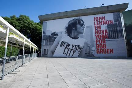 Entrada do MIS com cartaz da exposição sobre John Lennon (Divulgação)