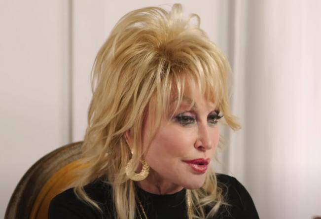 Dolly Parton em gravação de vídeo (Reprodução)