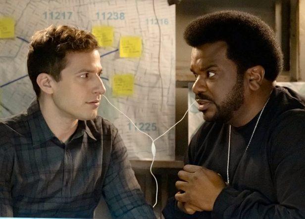 """Andy Samberg e Craig Robinson em """"Brooklyn Nine-Nine"""" (Reprodução)"""