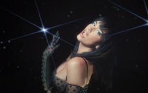 """Dua Lipa leva a galera para dançar numa outra galáxia, no clipe do novo remix de """"Levitating"""""""
