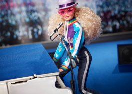Elton John anuncia lançamento de boneca Barbie com visual inspirado em looks clássicos do cantor