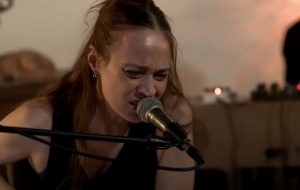 """Fiona Apple apresenta canções do disco """"Fetch The Bolt Cutters"""" ao vivo pela primeira vez"""