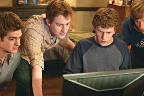 """Andrew Garfield, Jesse Eisenberg e mais em cena de """"A Rede Social"""" (Reprodução)"""