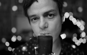 """Jamie Cullum lança clipe de """"Turn On The Lights"""" e fala ao Papelpop sobre novo álbum, jazz e dueto com Maria Rita"""