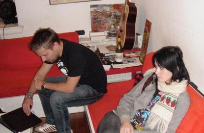 Katy Perry e Max Martin sentados em um sofá (Reprodução/Instagram))