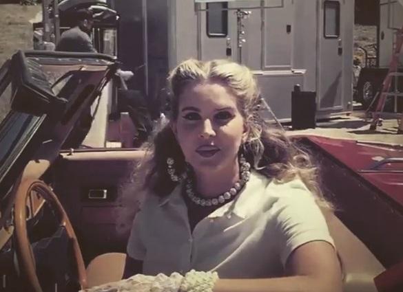 """Lana Del Rey em set de """"Chemtrails Over The Country Club"""" (Reprodução)"""
