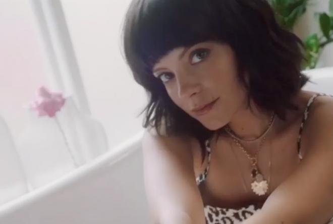 Lily Allen em vídeo de anúncio de brinquedos sexuais (Reprodução)