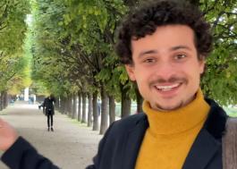 """Max Petterson explora cenários de """"Emily em Paris"""" em novo vídeo para a Netflix"""