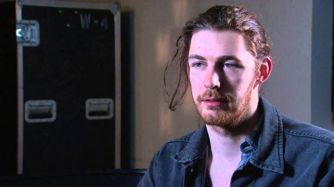 Hozier em entrevista (Reprodução)