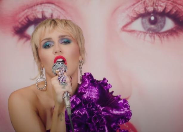 Miley Cyrus cantando no microfone (Reprodução)