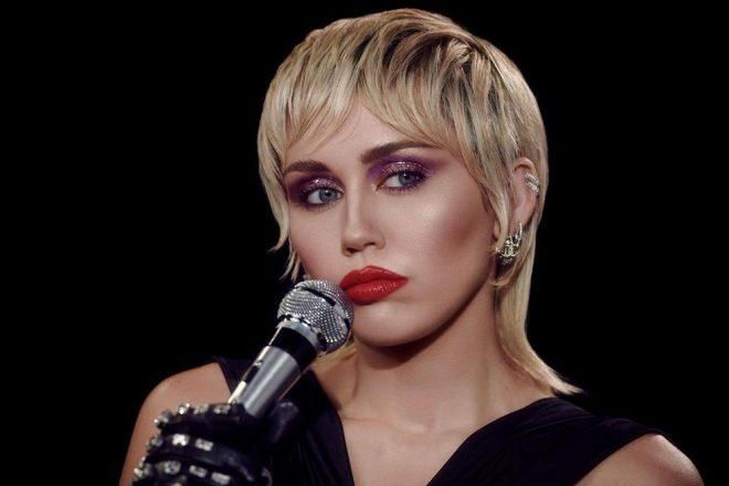 """Miley Cyrus em ensaio promocional de """"Midnight Sky"""" (Reprodução)"""