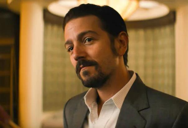 """Diego Luna em cena de """"Narcos: México"""" (Reprodução)"""