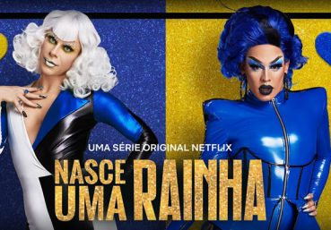 """Alexia Twister e Gloria Groove em cartaz de """"Nasce Uma Rainha"""" (Reprodução)"""