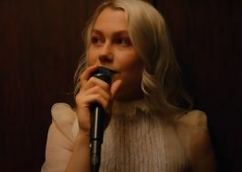 "No programa de Seth Meyers, Phoebe Bridgers canta ""I Know The End"" em teatro vazio"