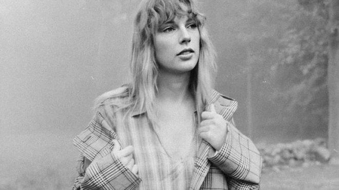 """Taylor Swift em imagem promocional de """"folklore"""" (Divulgação)"""