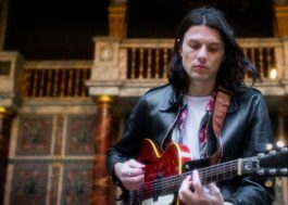 James Bay faz show animado no Shakespeare Globe Theatre em live disponibilizada mundialmente