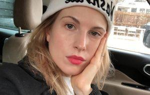 No Twitter, Hayley Williams rebate comentários homofóbicos de ex-membro do Paramore
