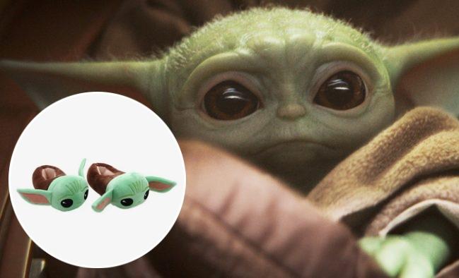 """Pantufas do personagem (Divulgação)/Baby Yoda em """"The Mandalorian"""" (Reprodução)"""