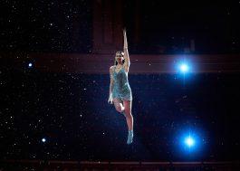 """Dua Lipa dança muito e até voa no AMA com apresentação de """"Levitating"""""""