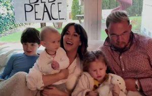 "Alanis Morissette lança cover de ""Happy Xmas (War Is Over)"", de John Lennon e Yoko Ono"