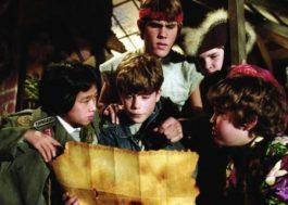 """Elenco de """"Os Goonies"""" lerá roteiro do filme ao vivo em ação beneficente"""