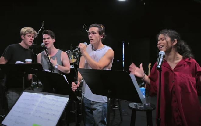 """Elenco de """"Julie and the Phantoms"""" soltando a voz nos ensaios - série já está disponível na Netflix (Reprodução)"""