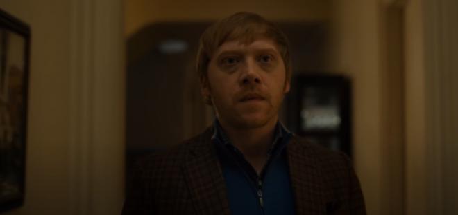 """Rupert Grint em cena da série """"Servant"""" (Reprodução)"""