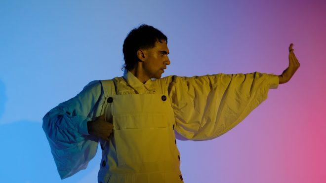 Material tem direção de Fabio Lamounier, premiado por colaboração com Tulipa Ruiz (Foto: Divulgação)