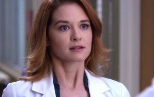 """Sarah Drew, de """"Grey's Anatomy"""", entra para o elenco de série produzida por Jessica Biel"""