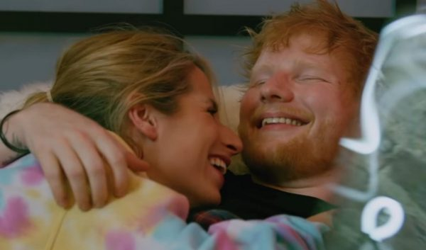 "Ed Sheeran e Cherry Seaborn no clipe de ""Put It All On Me"" (Reprodução)"