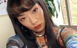 """Rina Sawayama conta que está gravando versões acústicas de três faixas do """"SAWAYAMA"""""""