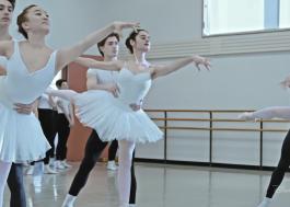 """""""On Pointe"""": trailer de série documental do Disney+ mostra dificuldades do balé clássico"""