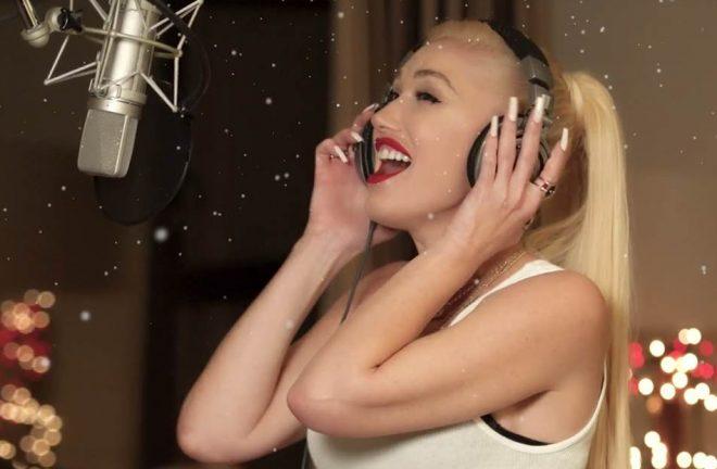 """Gwen Stefani em clipe de """"Here This Christmas""""(Reprodução)"""