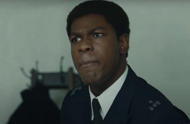 """John Boyega vive um policial que tenta acabar com o racismo em """"Red, White and Blue"""" (Reprodução)"""