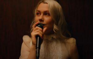 """Phoebe Bridgers diz que estava """"na cama com enxaqueca"""" quando soube das indicações ao Grammy 2021"""