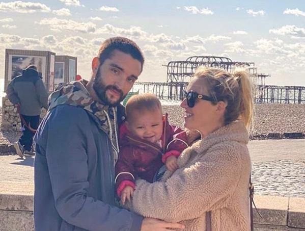 Tom Parker e a família em foto publicada no Instagram (Reprodução)