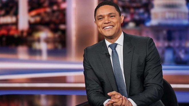 """O humorista apresenta o programa americano """"The Daily Show"""" (Reprodução)"""