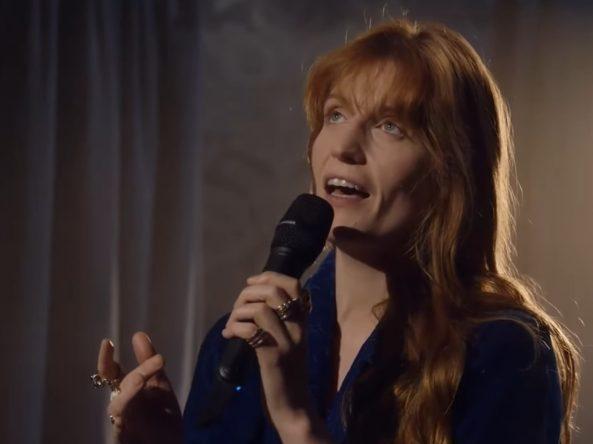 Artista fez apresentação solo da canção natalina (Reprodução)