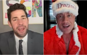 """John Krasinski faz especial de Natal """"Some Good News"""" com Dwayne Johnson"""