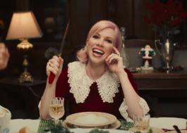 """Carly Rae Jepsen mostra confusão em família no clipe de """"It's Not Christmas Till Somebody Cries"""""""