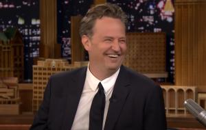 """Matthew Perry lança linha de produtos inspirada na série """"Friends""""; renda será doada para caridade"""