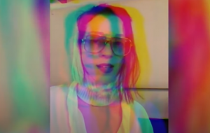 """St. Vincent faz cover de """"Martha My Dear"""", dos Beatles, em evento para jovens LGBTQ+"""