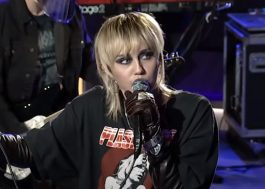 "Miley Cyrus arrasa cantando ""Doll Parts"", do Hole, em programa de rádio"