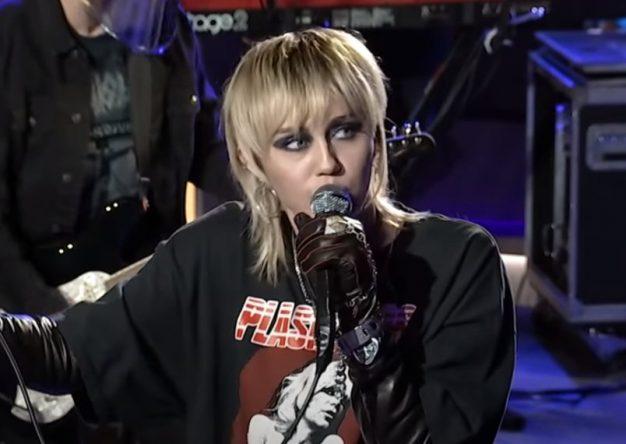 Antes, a artista já tinha feito covers de músicas do Blondie, The Cranberries e mais (Reprodução)